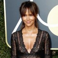 Halle Berry ikut berpose di Red Carpet Golden Globe Awards 2018.