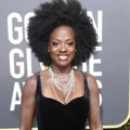 Viola Davis ikut berpose di Red Carpet Golden Globe Awards 2018.