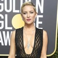 Dengan baju belahan dada rendah, Kate Hudson memukau di Red Carpet Golden Globe Awards 2018