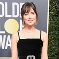 Muda dan berbakat, Dakota Johnson sukses mencuri perhatian di Red Carpet Golden Globe Awards 2018.