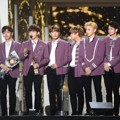 Wanna One Raih Piala Rookie Award