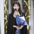 IU Raih Piala Record of the Year (Album)