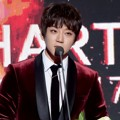 Hwang Chi Yeul Raih Piala Ballad Discovery of the Year Award