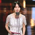 Lee Jung Hyun Saat Bacakan Nominasi Best Supporting Actor and Actress Award Kategori Film