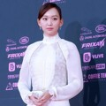 Jin Ki Joo di red carpet The Seoul Awards 2018.