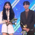 Kim Chung Ha dan Roy Kim membawa pulang piala Bonsang di Golden Disc Awards 2019 divisi digital.