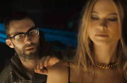 Adam Levine Jadi Stalker Behati Prinsloo di MV Maroon 5 'Animals'