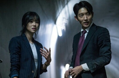 Lee Jun Ki-Seo Ye Ji Pecahkan Kasus Perdana di Still Cut 'Lawless Lawyer'