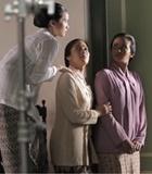 Lucu, Ayu Shita-Dian Sastro 'Manjat' Tembok Pagar di 'Kartini'