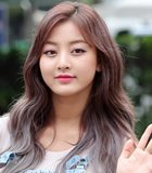 Comeback Stage di 'Music Bank', Kulit Tan Jihyo Disorot